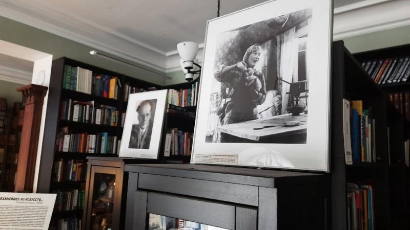 Выставка из фотоколлекции Государственного музея политической истории России «Важнейшее из искусств…» в библиотеке на Пионерской